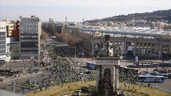 La protesta de taxistas en la plaza de Espanya de Barcelona.