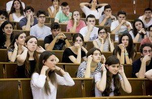 Alumnas de la selectividad del 2016 muestran sus orejas a instancias del presidente del tribunal de las PAU.