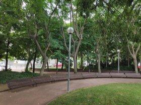 La plaça d'Eusebi Güell, la que té més bancs de Barcelona