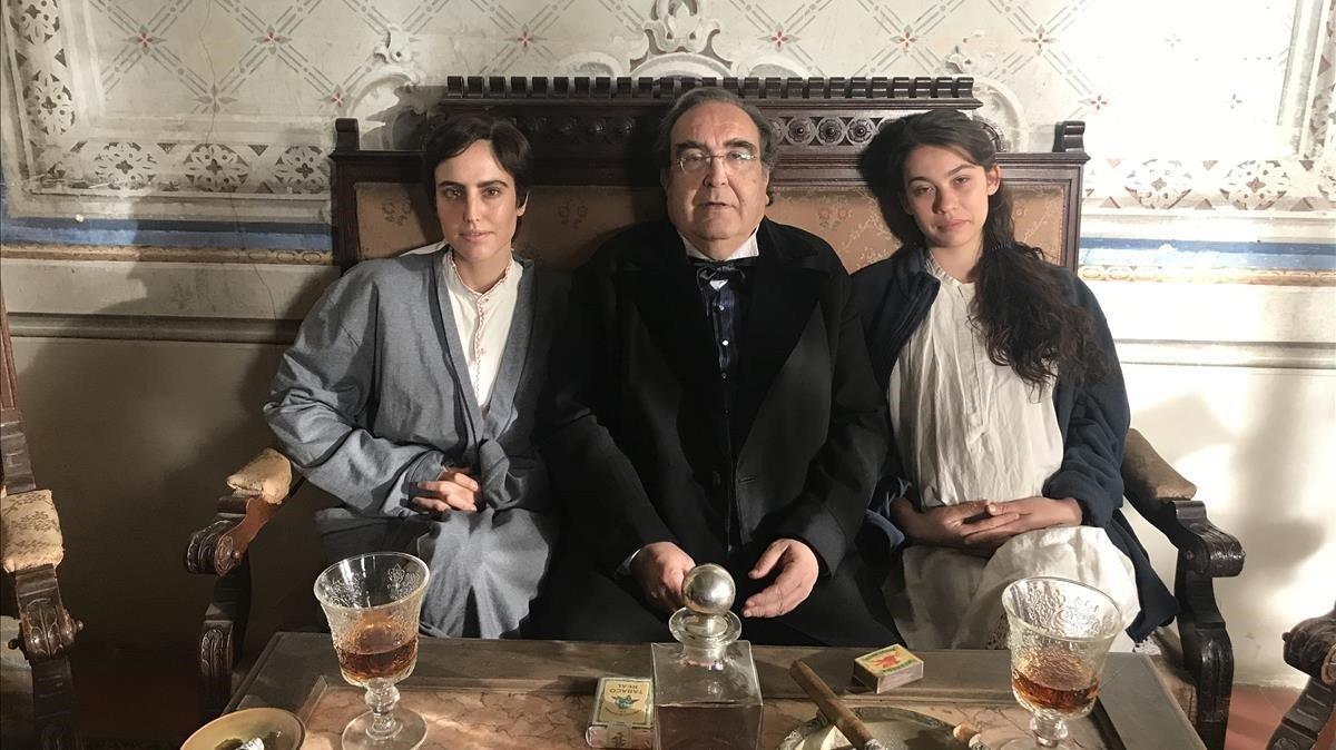 Ramón de España, caracterizado de burgués de principios del siglo XX, entre las actrices Natalia de Molina (izquierda) y Greta Fernández, durante el rodaje de la película de Isabel Coixet.
