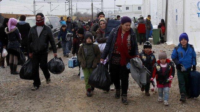 Familias de refugiados cominan hacia la frontera de Serbia desde territorio de Macedonia.