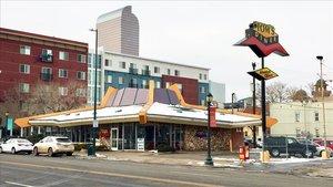 El restaurante Tom's Diner, de Denver, cobra suplemento por preguntas estúpidas.