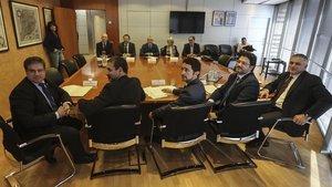 El conseller Damià Calvet, en el centro de la foto, en la reunión con las diferentes entidades para abordar la cuestión de Rodalies.