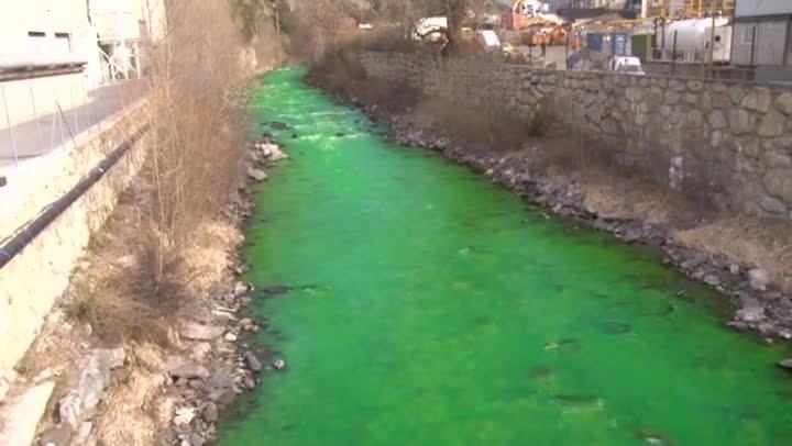 El rio Valira entre la Seu dUrgell y Andorra.