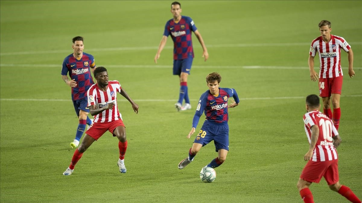 Riqui Puig dirige un ataque delBarça ante el Atlético en el Camp Nou.