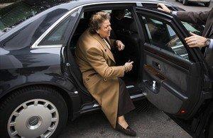 Rita Barberá, en febrero del 2015, baja de uno de los Audi que el Ayuntamiento de València ha sacado a subasta.