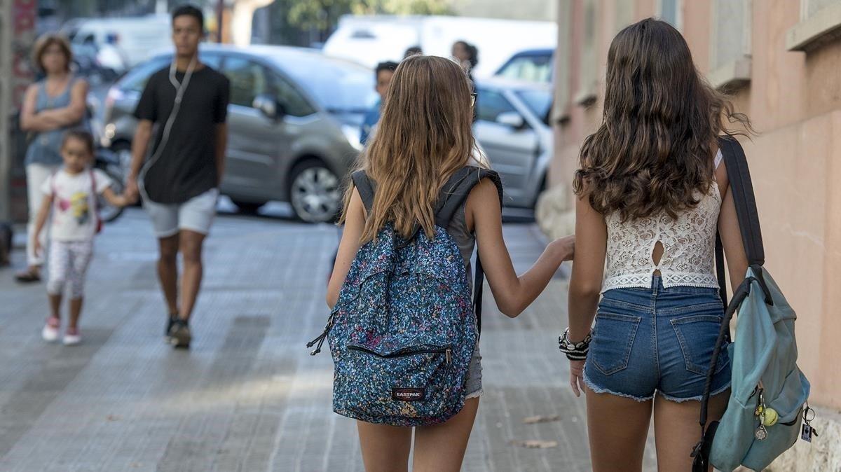 Dos alumnas salen de un centro de enseñanza de Barcelona.