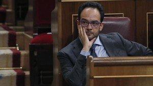 El portavoz del PSOE en el Congreso, Antonio Hernando, durante el debate de investidura tras el que ha sido investido Mariano Rajoy.