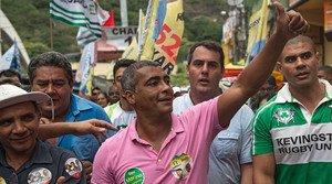 Romário da Souza visita la favela de Rocinha, durante la campaña de las elecciones brasileñas.