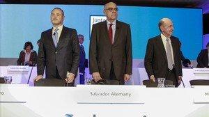 El presidente de Abertis, Salvador Alemany(en el centro), junto al consejero delegado, José Aljaro, (a la izquierda) y al secretario del consejo, Miquel Roca (a la derecha)