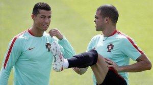 Cristiano Ronaldo y Pepe, en el entrenamiento de Portugal de este miércoles.