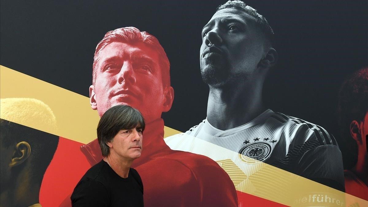 El seleccionador Löw, en la concentración de Alemania junto a una imagen de Kroos y Boateng.