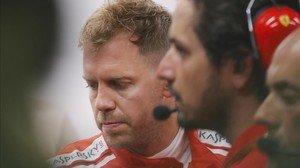 Sebastian Vettel (Ferrari), con cara de pocos amigos en el box de Singapur.
