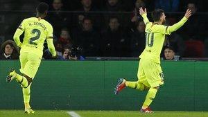 Semedo persigue a Messi para felicitarle por el 0-1.