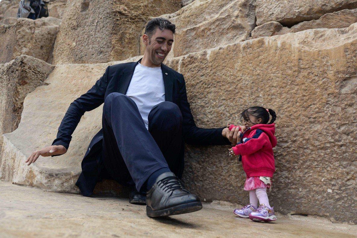 La mujer más baja del mundo y el hombre más alto posando en Egipto