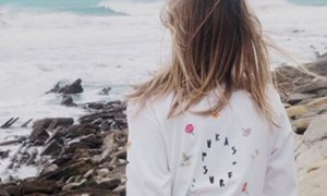 Críticas a una marca de ropa por mostrar a una mujer semidesnuda en un catálogo de camisetas