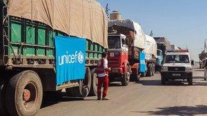 Media Luna Roja Siria que muestra un convoy de camiones antes de partir para entregar ayuda humanitaria.