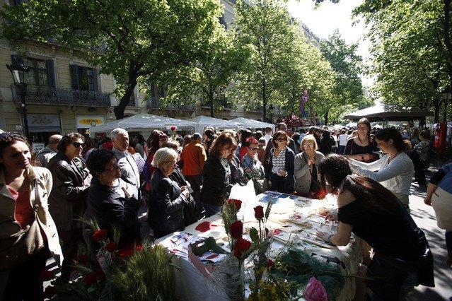 Aspecto de las populares Ramblas barcelonesas edurante la diada de Sant Jordi.