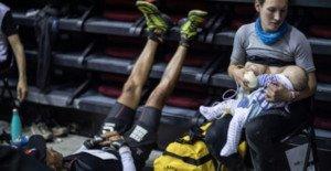 Una atleta da el pecho a su bebé haciendo parones durante una carrera