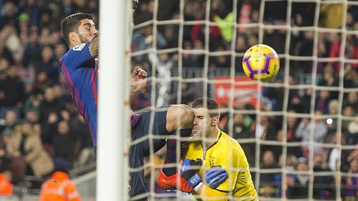 Suárez se anticipa a Cuéllar en la jugada del 2-1 del Barça al Leganés.