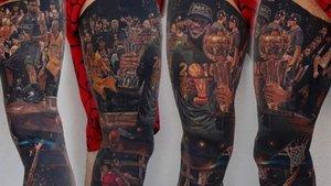 Un superfan de Lebron James se ha tatuado los éxitos de su carrera en las piernas.