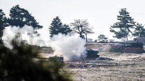 Tanques del Ejército turco disparan en dirección a Siria cerca de la frontera, a algunos kilómetros del paso de Öncüpinar, este lunes.