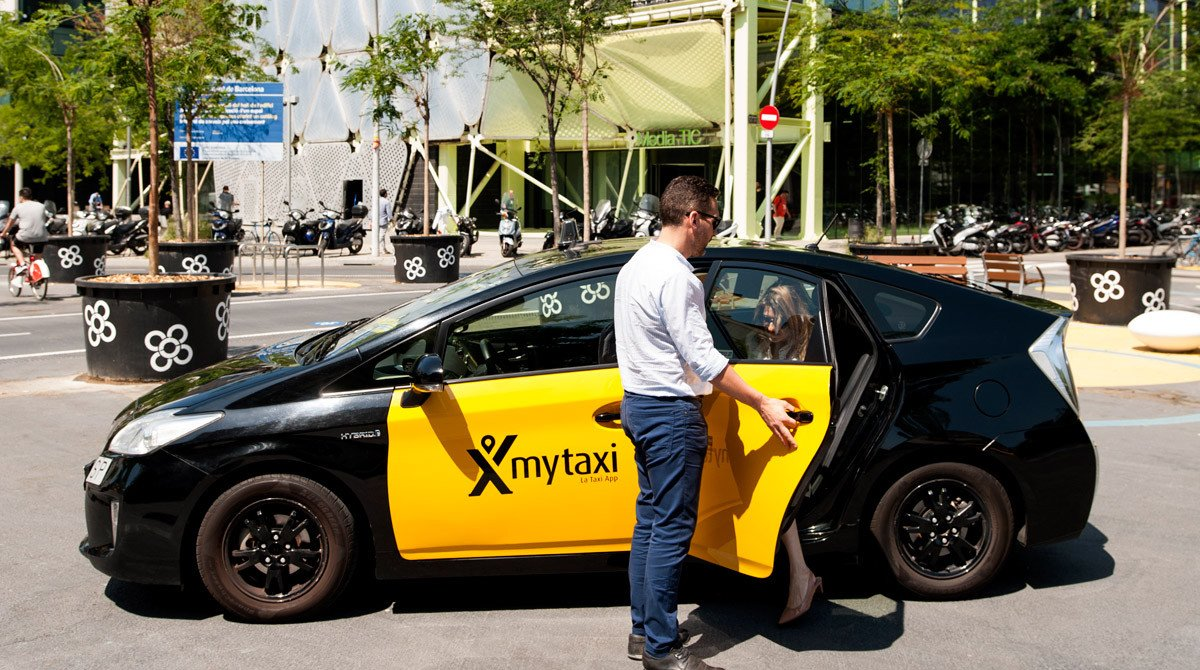 Un taxi adherido a Mytaxi deja a una pasajera a las puertas del edificio Mediatic de Barcelona.