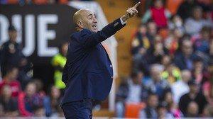 El técnico del Valencia, Pako Ayestarán, durante el partido ante el Sevilla de la pasada temporada.