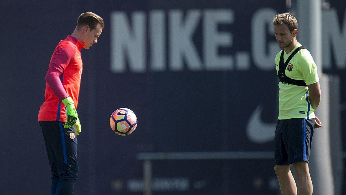 Ter Stegen juega con el balón en un entrenamiento del Barça en presencia de Rakitic.