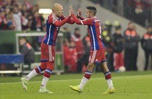 Thiago se saluda con Robben, durante el cambio, el martes en Múnich.