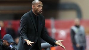 Thierry Henry, dirigiendo al Mónaco.