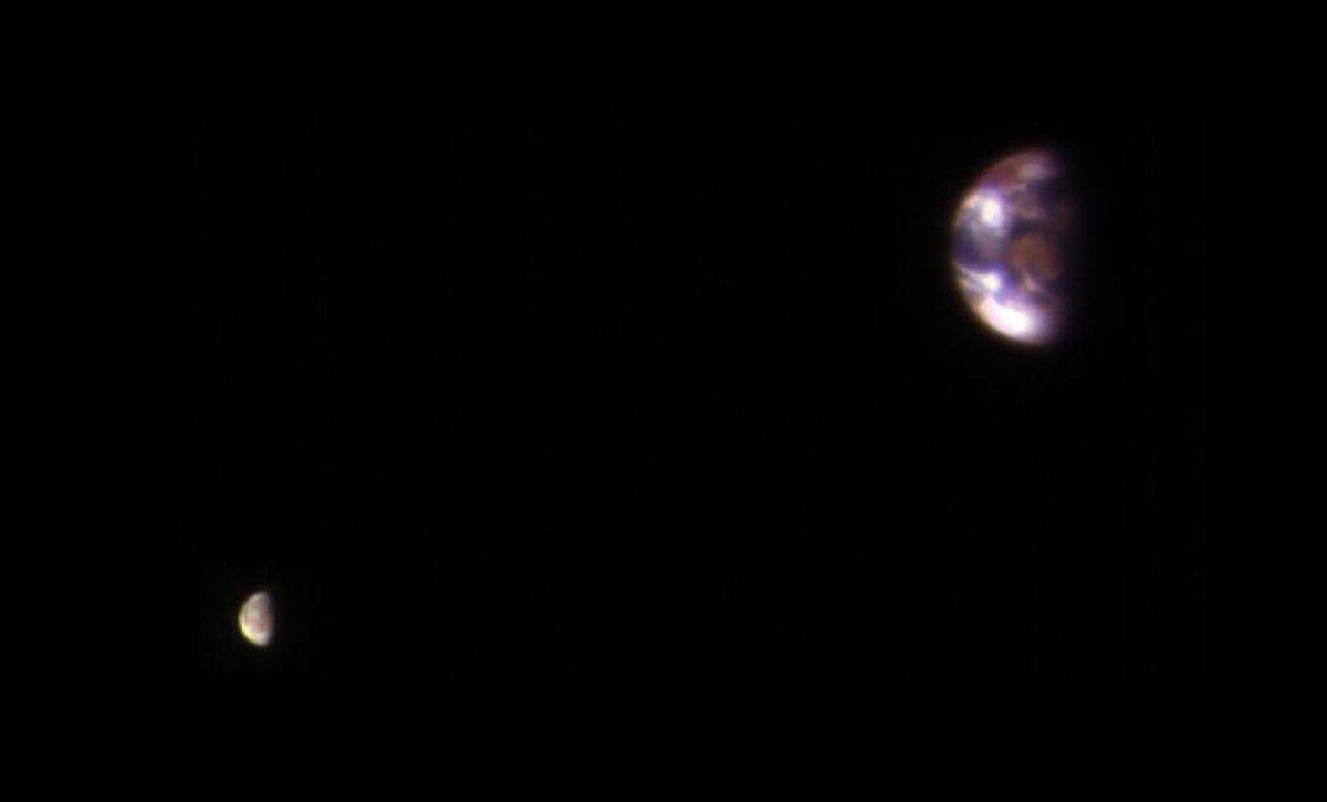 La Tierra y la Luna, vistas desde Marte, en unmontaje elaborado por la NASA.