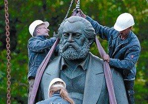 Treballs a Berlín per moure l'escultura de Karl Marx del seu lloc original a causa de les obres del metro.