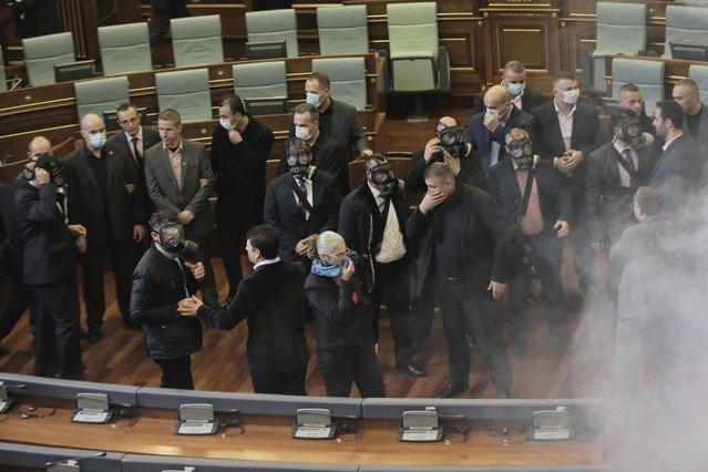 Gases lacrimógenos en el Parlamento de Kosovo.