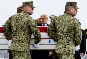 US President Donald J  Trump salutes the transfer of former Navy SEAL and Department of Defense civilian Scott A  Wirtz as it is carried by a U S  Navy carry team during the dignified transfer at Dover Air Force Base in Dover  Delaware  Wirtz was one of four Americans killed during a suicide bombing in the northern Syrian city of Manbij   Siria  Estados Unidos  EFE EPA Scott Serio