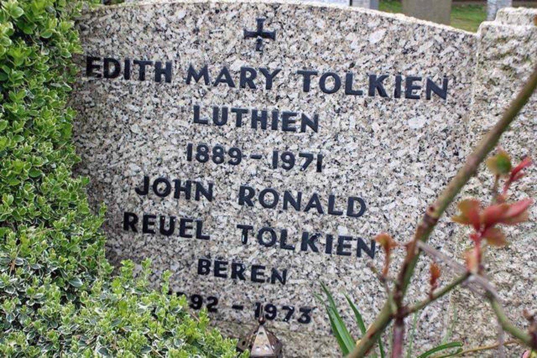 La tumba de Tolkien ysu esposa, Edith, en el cementerio de Wolvercote, en Oxford.