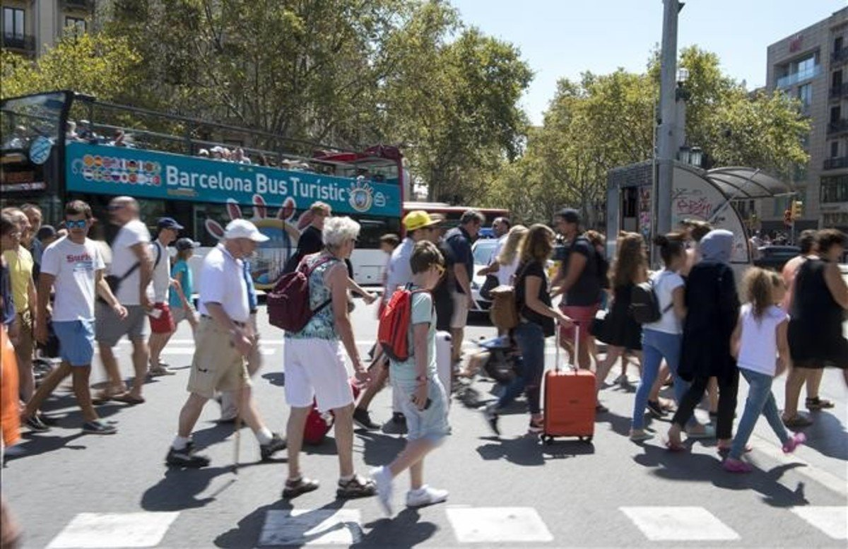 Turistasen la plaza de Catalunya de Barcelona.