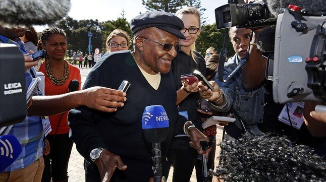 Tutu atiende a la prensa antes de ejercer el voto en las elecciones sudafricanas, en Ciudad del Cabo, este miércoles.