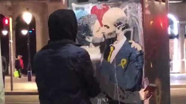 TvBoy, lartista urbà que ha pintat el petó del Sant Jordi