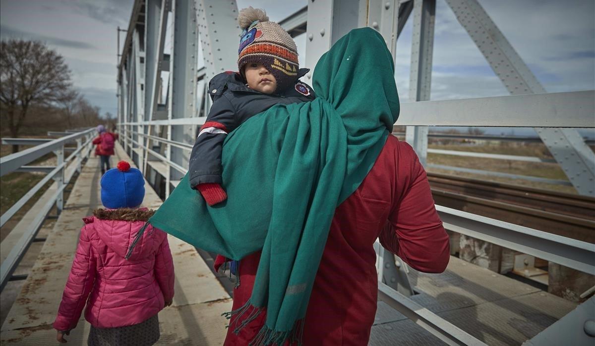 Una familia de migrante afganosse dirigea la frontera turca con Grecia.