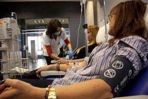 Una infermera de Can Ruti prepara Patricia i Esther per a la transfusió de cèl·lules mare.