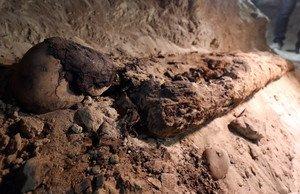 Una de las momias de la cámara funeraria descubierta en Minia, en Egipto.