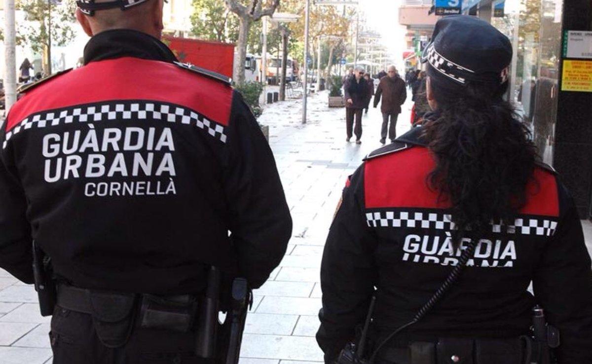 Una pareja de agentes de la Guardia Urbana de Cornellà patrullando