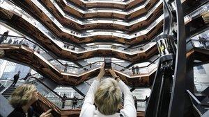 Una turista toma una foto de la estructura de panal del Vessel del Hudson Yards, en Nueva York.