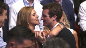 María Dolores de Cospedal felicita a Pablo Casado el 21 de julio de 2018, cuando ganó las primarias y se convirtió en presidente del PP.