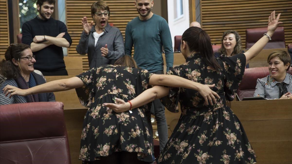 Las diputadas de Compromis, Mireia Mollày de Ciudadanos, Mari Carmen Sánchez, coinciden en el pleno de Les Corts con el mismo vestido.