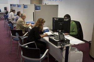 Varios contribuyentes en una oficina de Hacienda en una pasada campaña.