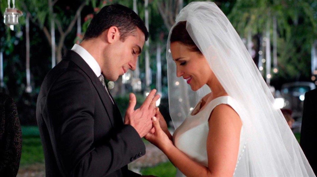 Miguel Ángel Silvestre y Paula Echevarría, en una imagen de la serie Velvet.