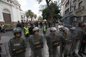 Miembros de la Guardia Nacional Bolivariana impiden el paso a la Asamblea Nacional.