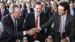 Vicente Betoret saluda al expresidente de la Comunidad Valenciana Alberto Fabra en presencia de Mariano Rajoy, durante un acto del PP en Valencia en mayo del 2015.